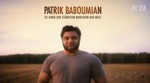 Patrik Baboumian im neuen PETA-Spot / © PETA